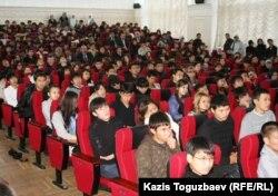 Қаныш Сәтбаев атындағы Қазақ ұлттық техникалық университеті студенттері. Алматы, 8 қазан 2010 жыл.