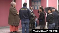 Родственники осужденных у здания суда города Душанбе