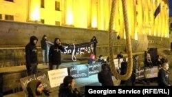 На акции протеста у здания парламента собравшиеся разгромили виселицу – символ, выбранный ими для иллюстрации репрессивной наркополитики в стране