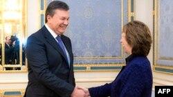 Кэтрин Эштон прзеидент Янукович менен учурашууда. Киев, 5-февраль, 2014.