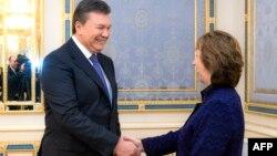 Президент Украины Виктор Янукович (слева) и верховный представитель ЕС по внешней политике Кэтрин Эштон. Киев, 5 февраля 2014 года.