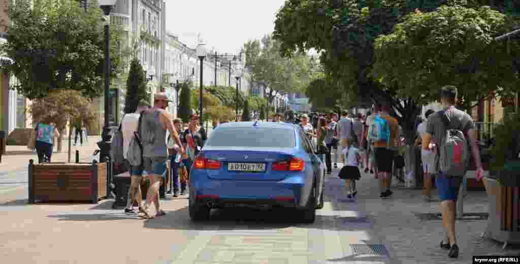 BMW проривається на пішохідну зону в самому центрі міста