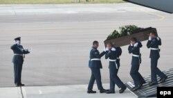 Из Туниса в Великобританию прибыли гробы с телами погибших, 1 июля 2015