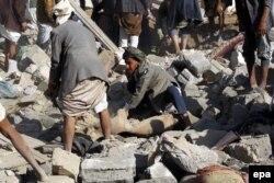 Жители йеменской столицы Саны разыскивают выживших под завалами после налета саудовской авиации. Утро 26 марта