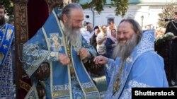 Mitropolitul Onufri al Bisericii Ortodoxe Ucrainene (stânga) și starețul Pavel al Lavrei Pecerska din Kiev