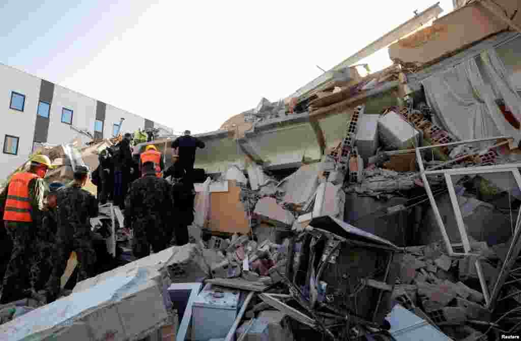 Pamje nga një ndërtesë e shkatërruar në Durrës.