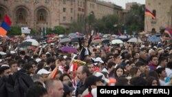 Nikol Pashinian baş nazir seçiləndən sonra Yerevanın mərkəzi, 8 may, 2018-ci il
