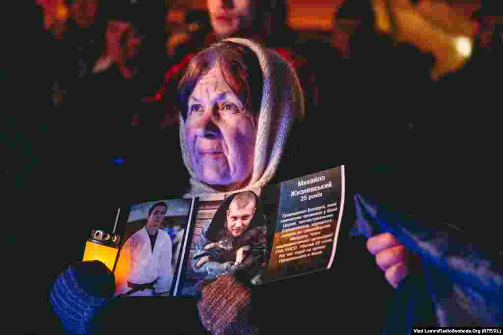 Перед сценою було багато людей з портретами загиблих