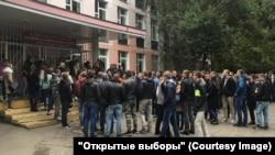 """Moskvada seçki məntəqəsi qarşısında adamlar toplaşıb. """"Açıq Rusiya"""" bildirir ki, bu, karuselə hazırlıqdır"""