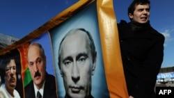 Российская оппозиция порой ставит Путина в один ряд с Каддафи и Лукашенко