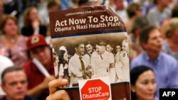 Катализатором недовольства многих американцев стали дискуссии о реформе системы здравоохранения. Свое отношение к проекту Обамы выразил автор листовки, поставив президента рядом с Гитлером