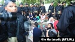 القوات الأمنية والمعتصمون في ساحة النهضة