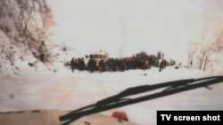 Foto prikazan u sudnici kako stanovništvo čeka da UNPROFOR-ovi kamioni bace smeće