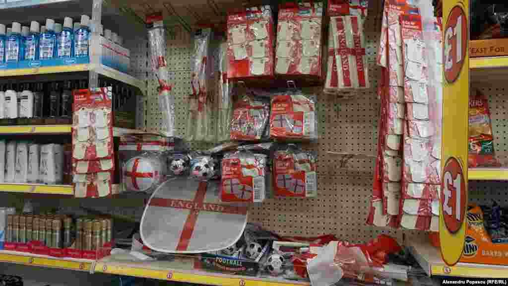 Lumea cumpără parasolare, căni, jucării pentru copii colorate în alb-roșu.