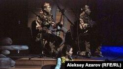 Спектакль показывают под живую музыку в исполнении ансамбля «Алан». Алматы. 16 сентября 2015 года.