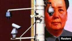 Camere de securitate în faţa portretului lui Mao Zedong la Beijng, China