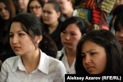 Девушки слушают истории английской детской писательницы Кэт Везерилл. Алматы, 3 апреля 2013 года.