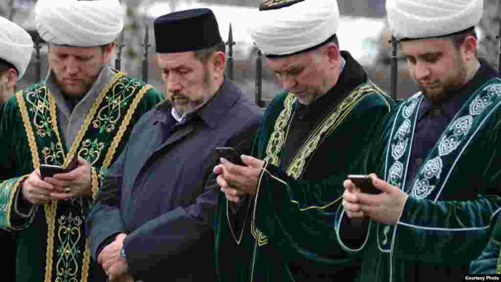 Танылган Казан хәзрәтләренең смартфоннарына төбәлүе, ә элекке мөфти Госман Исхакыйныңтелефонсыз басып торуы игътибарын җәлеп итә