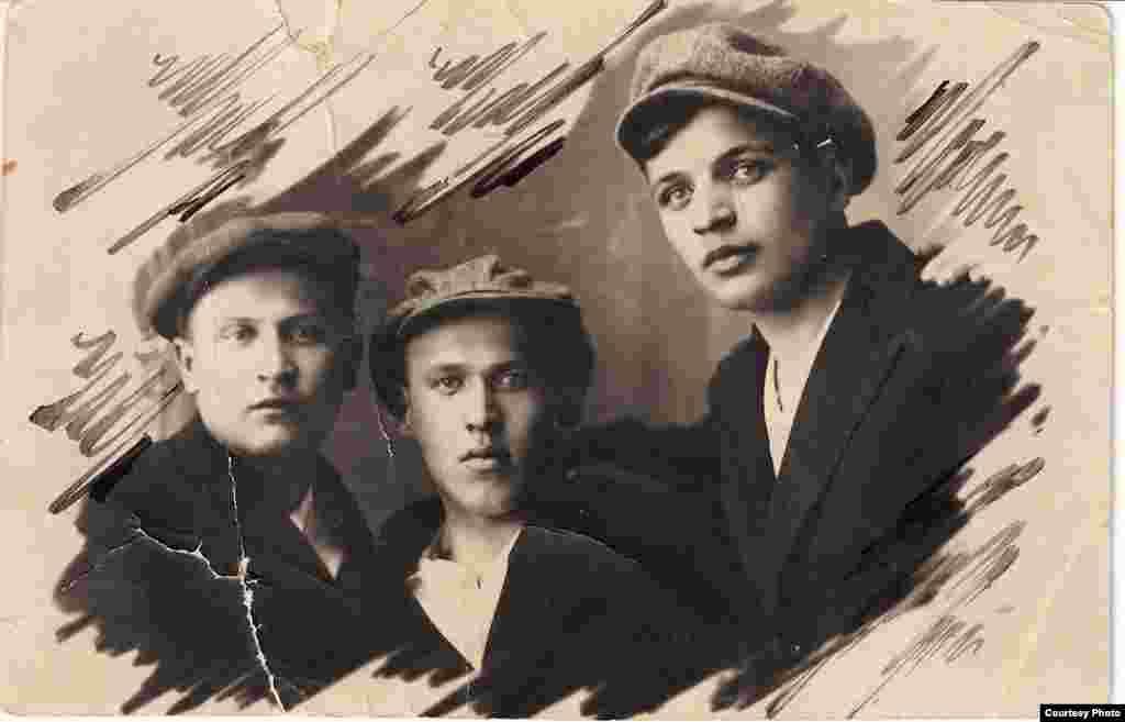 Паэты-маладнякоўцы Язэп Пушча, Уладзімер Дубоўка, Андрэй Александровіч. 1924 – 1925 гг. З фондаў БДАМЛМ