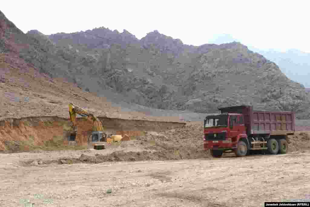 Объездная дорога из Ак-Сая в Баткен, из-за строительства которой разгорелся конфликт на границе.