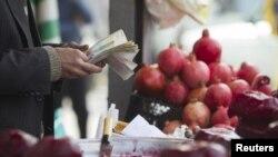 بنا بر گزارش بانک مرکزی بهای خوراکیها و آشامیدنیها بیش از ۵۶ درصد، پوشاک بیش از ۶۴ درصد، بهداشت و درمان بیش از ۴۰ درصد یا حمل و نقل بیش از ۵۰ درصد افزایش پیدا کردهاند
