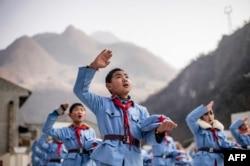 Мектептегі ту көтеру рәсімінде ән айтып тұрған балалар. Сичуан провинциясы, 21 қаңтар 2015 жыл.