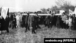 Канец кастрычніка 1989: Усталяваньне крыжа на месцы масавых расстрэлаў – былога «жывёльнага могільніка». (З архіву Міхася Булавацкага)