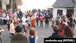 Моладзь навучаюць сярэдневечным танцам