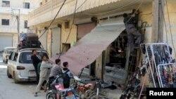 Алеппо провинциясында соғыстан қираған дүкенді жөндеп жатқан тұрғындар. Сирия, 28 ақпан 2016 жыл.
