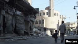 Siriýanyň hökümet güýçleriniň bombalamalaryndan soň Homs şäheriniň ýaşaýyş kwartallaryndan biriniň görnüşi. Homs, 5-nji awgust, 2012.