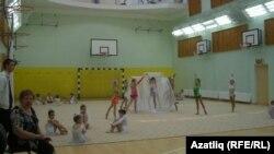 Мәктәптә гимнастика дәресе