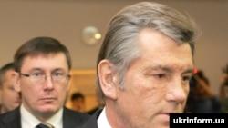 Президент Украины Виктор Ющенко (на первом плане) и министр внутренних дел Юрий Луценко
