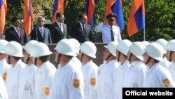 Президент Армении принимает участие в праздничном параде МЧС Армении, Ереван, 5 сентября 2011 г..