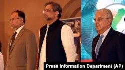 په مینځ کې د پاکستان وزیر اعظم شاهد خان عباسي او د هغه د کابینې دوه وزیران.