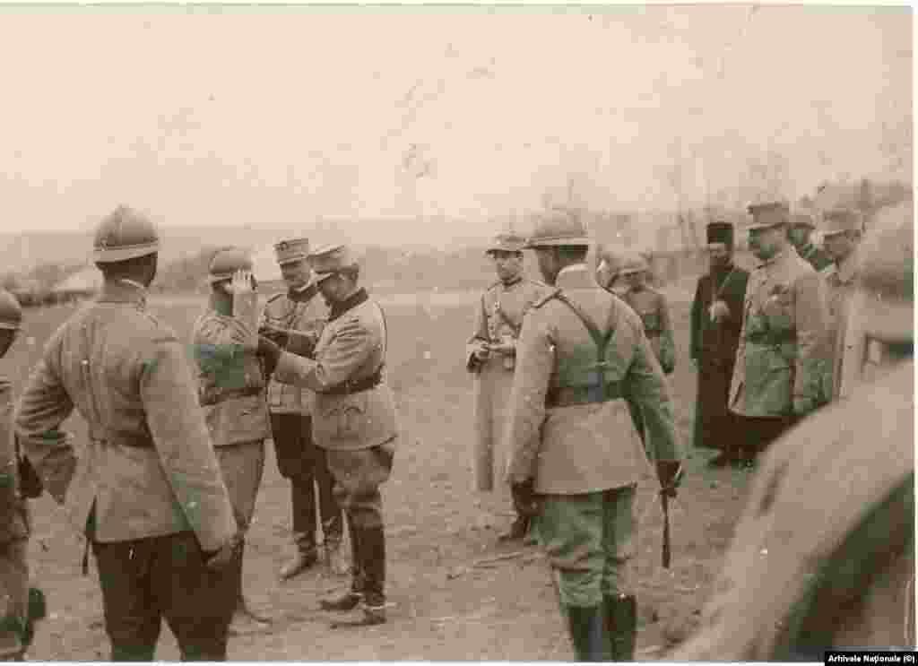 Regele Ferdinand decorează soldați pe linia frontului din Moldova în 1917