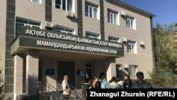 У здания специализированного межрайонного суда по уголовным делам Актюбинской области. Актобе, 1 октября 2019 года.