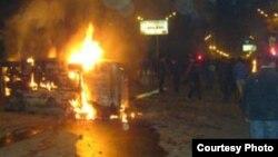 Մարտի 1-ի իրադարձությունների հետեւանքով այրած մեքենա, արխիվային լուսանկար