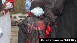 """""""Азаттыктын"""" архивинен: Балдарына ВИЧ жуккан энелердин митинги, 14-ноябрь, 2011-жыл, Ош шаары"""