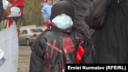 Балдары ВИЧке кабылган энелердин нааразылык акциясы. Ош шаары, 14-ноябрь, 2011.