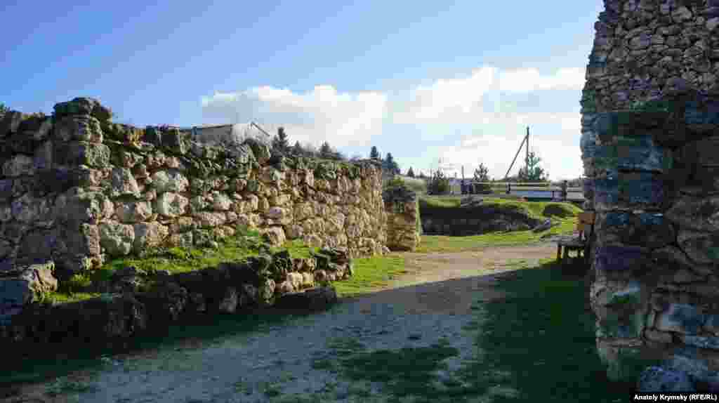 Центральные ворота скифской крепости. Слева – руины восточной башни.