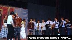 """Охридските средношколци во претставата """"Да се чудиш"""""""