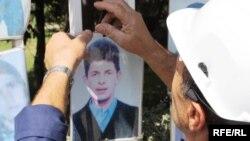 Familjet e personave të pagjetur në Kosovë i marrin fotografitë e të dashurve të tyre nga rethoja e Kuvendit të Kosovës