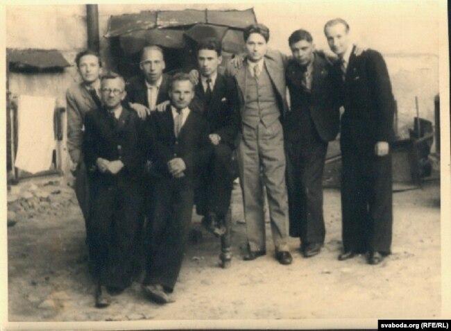 Валянцін Таўлай, Сяргей Хмара, Тодар Лебяда, Масей Сяднёў, Алесь Салавей, Уладзімер Сядура, Хведар Ільляшэвіч, Аляксей Анішчык. Менск, 1944 год