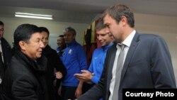 Премьер-министр Темир Сариев и главный тренер сборной Кыргызстана по футболу Александр Крестинин.