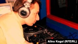 Сергей Романов - DJ Romanoff – за своим пультом.