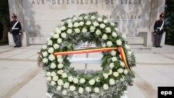 Венок у мемориала защитникам бельгийского города Льеж в годы Первой мировой войны