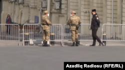 Ադրբեջան - Ոստիկանները և ներքին զորքերի զինծառայողները Բաքվի փողոցներից մեկում, ապրիլ, 2020թ.