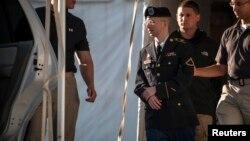 ԱՄՆ - Բրեդլի Մենինգին ցուցմունքներ տալուց հետո դուրս են բերում դատարանի դահլիճից, Ֆորթ Միդ, Մերիլենդ, 14-ը օգոստոսի, 2013թ․