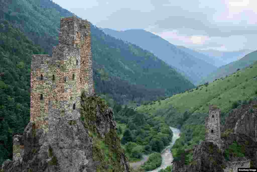 Южная Ингушетия относится к погранзоне. Россиянам для посещения достаточно паспорта, а иностранцам нужно разрешение, которое делается за два месяца