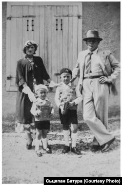 Сям'я Батураў у Францыі ля свайго дому: Лізавета, Жорж, Сьцяпан і Максім. 1934 год
